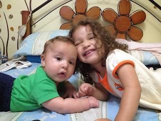 Sophia y Fabian en la cama jugando.