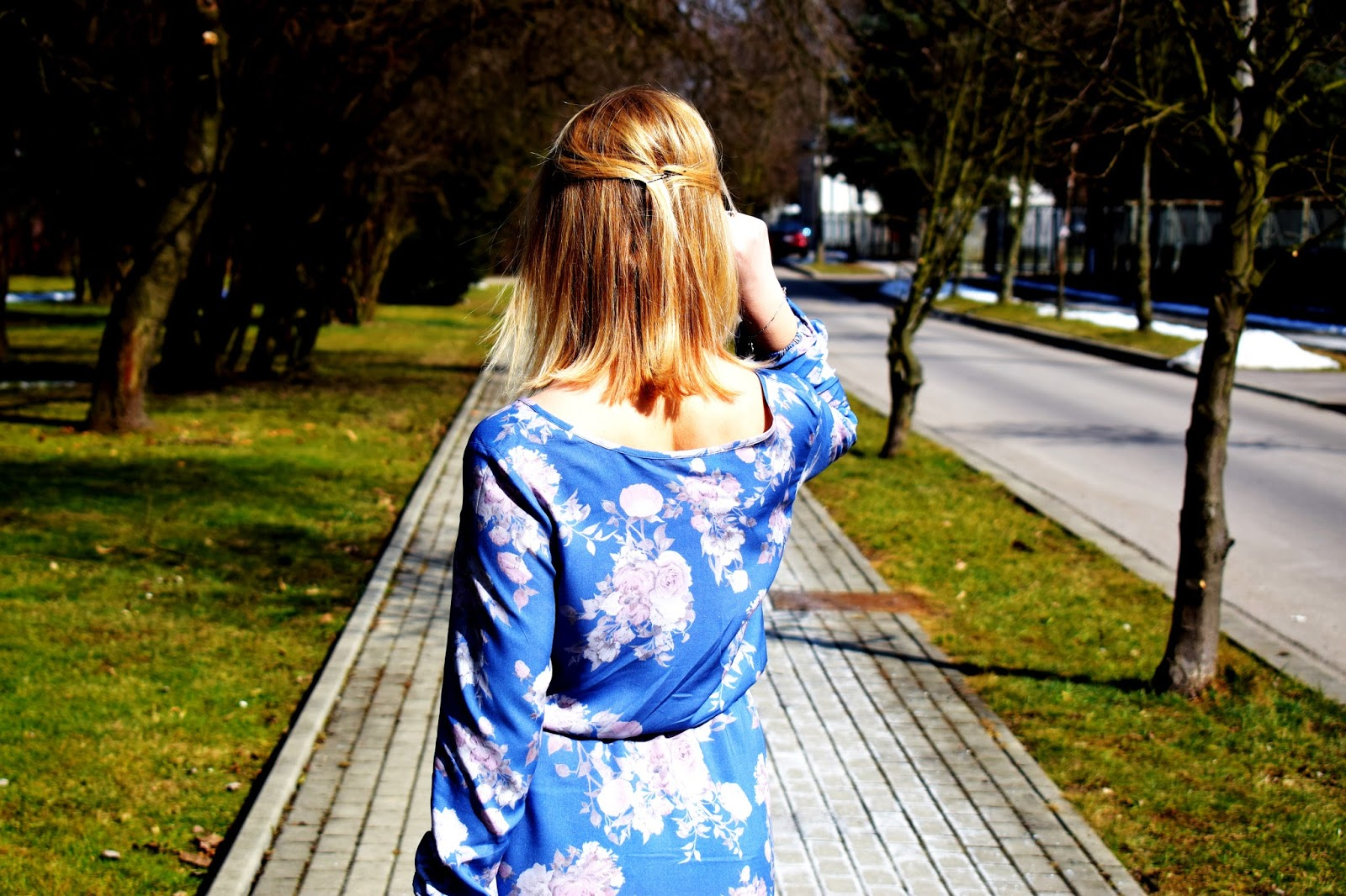 Niebieska, dzianinowa sukienka w kwiaty