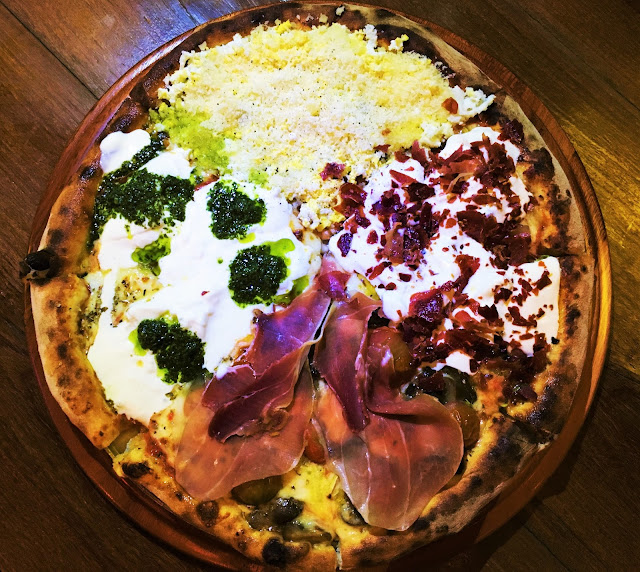 Linda e deliciosa pizza do Birreria Escondido CA, nos sabores Monza, Parma, Burrata e Carborana