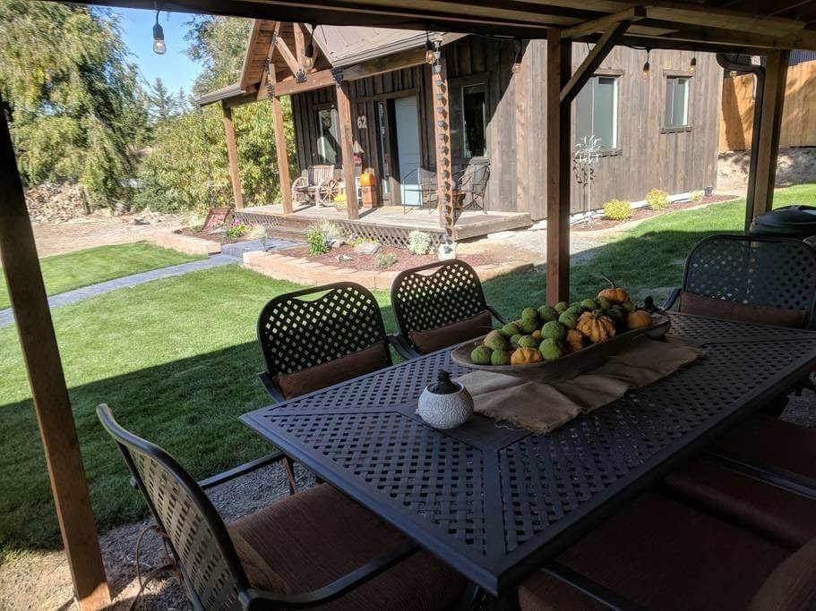 12-Covered-Outside-Dining-Trish-The-Potter-s-Retreat-Architecture-in-a-Tiny-House-www-designstack-co
