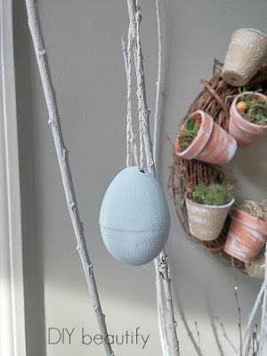 How to paint plastic Easter eggs with chalk paint! Find the tutorial at diy beautify!