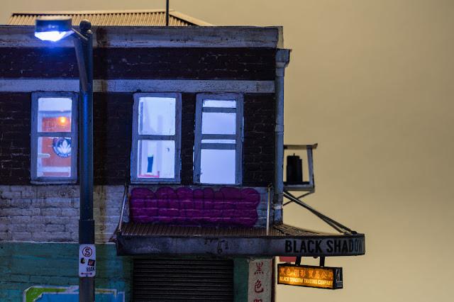 edificio tiene hasta una lampara que alumbra la calle.