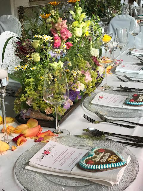 Tischdekoration Blumenwiese, Bunte Sommerblumen-Hochzeit am See und in den Bergen, Riessersee Hotel Garmisch-Partenkirchen, Bayern, nahe der Zugspitze, Hochzeitsplanerin Uschi Glas