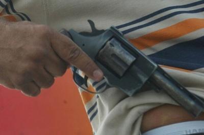 Resultado de imagem para bandidos em motocicleta armados