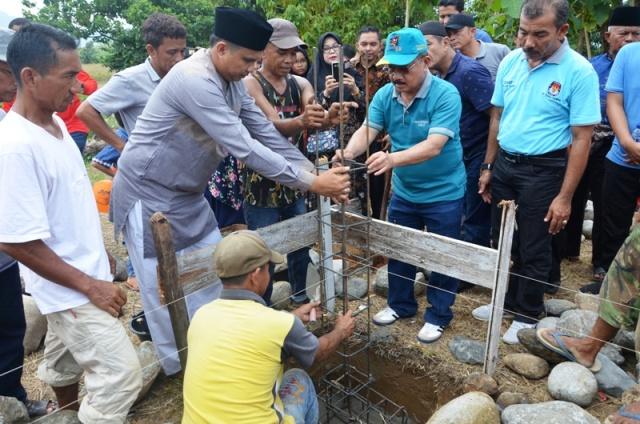 Bupati Ali Mukhni Letakkan Batu Pertama Pembangunan Mushalla Marwah Kampung Sabalah
