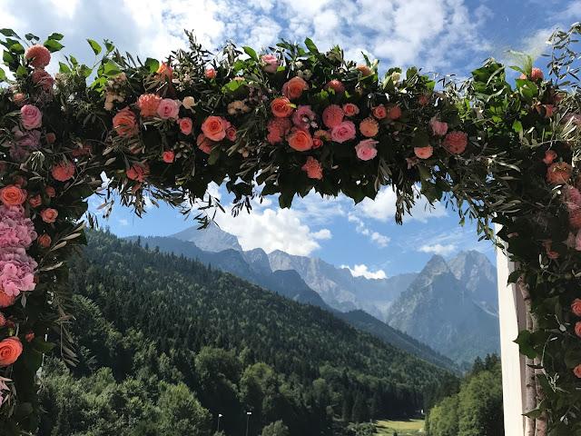 Torbogen zur Zeremonie, Happy colors summer wedding lake-side in the Bavarian mountains, fröhliche Sommerfarbenhochzeit am Riessersee in Garmisch-Partenkirchen, Bayern