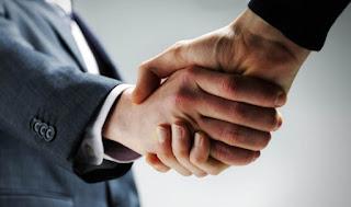 Berjabat tangan menunjukan adanya kontak sosial