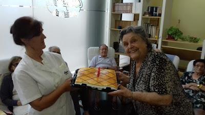 Gloria i Maite amb el pastís d'aniversari