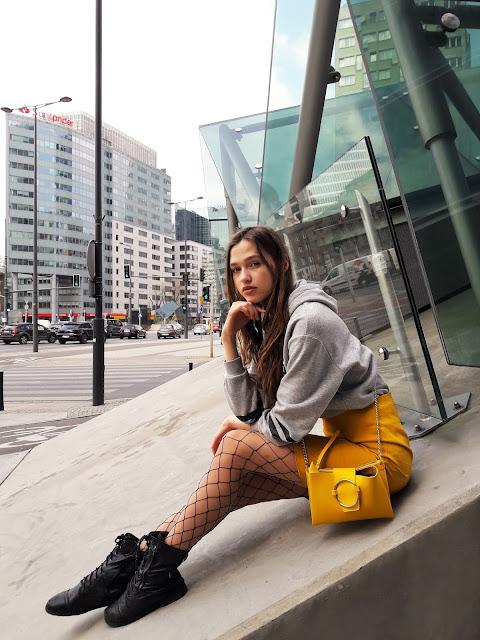 fashion, outfit, stylizacja z żółtą spódnicą, kabaretki, trendy 2019, wiosna 219, modelka, sesja, zdjęcia, fashion blogger, styl, co założyć, gdzie zrobić zdjęcia w Warszawie, miasto, grlpower, żółty