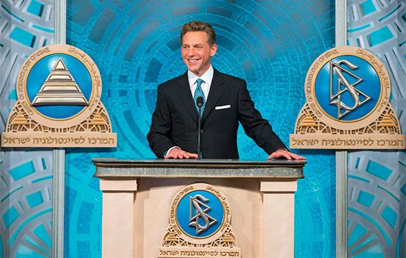 David Miscavage líder de la iglesia de la cientología predicando