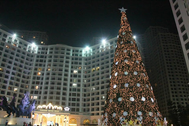 Bustle Christmas at the commercial center in Hanoi 3