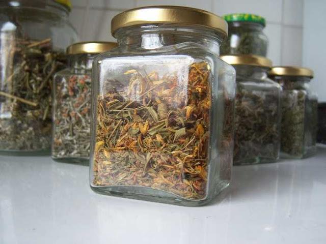Hierbas secadas y guardadas en tarros de crista: hipérico, romero, cayena, milenrama...