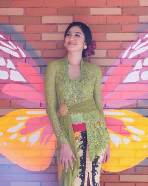 Model Baju Kebaya Mikha Tambayong Warna Hijau Transparan Artis Cantik dan Anggun
