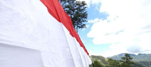 Warga Bersama TNI-Polri Kibarkan Bendera Raksasa