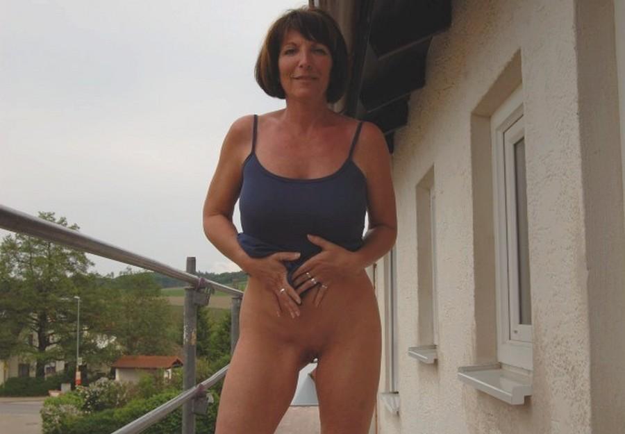 wife-flashing-neighbors-clity