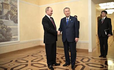 Vladimir Putinand Former Japanese Prime Minister Yoshiro Mori.