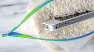 memasukkan HP dalam beras menghilangkan kelembaban