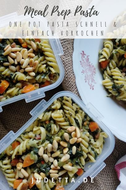 #inunter20 Minuten zubereitet | Winterliche One Pot Pasta mit Grünkohl, Möhren und Pinienkernen | #vorkochen #mealprep #mealpreprezepte #pasta #onepotpaste #schnellerezepte # blitzrezepte #schnellegerichte #gruenkohl #saisonalerezepte | judetta.de