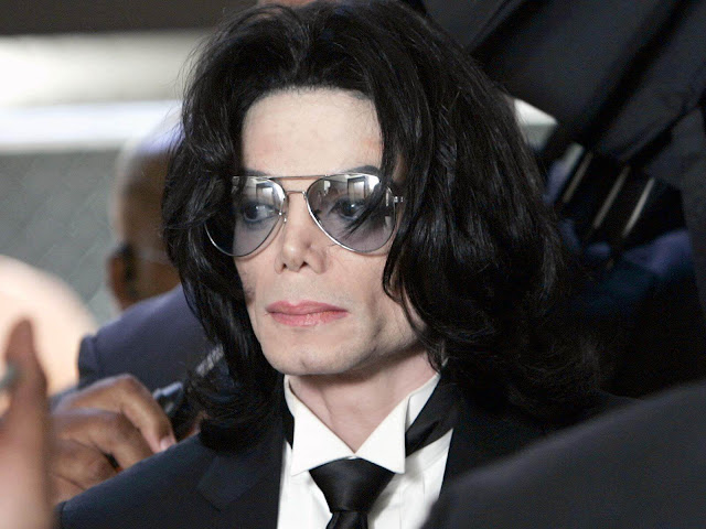 Acusan a Michael Jackson de dirigir una red de abuso infantil.