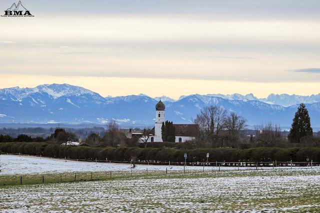 Kirche vor dem starnberger see mit blick zu den Alpen outdoor-blog best-mountain-artists
