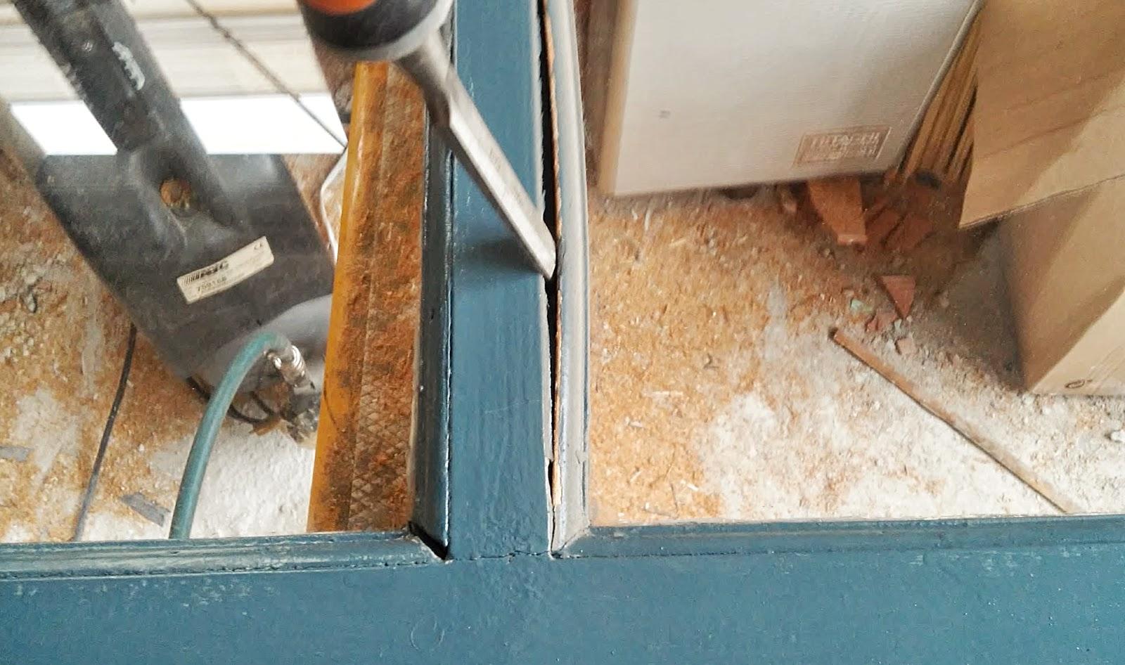 Carpinteria sevilla colocaci n de cristal con c mara en for Colocacion vinilo en cristal