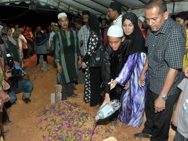 Suasana Pilu Selubungi Tanah Perkuburan! Jenazah Empat Remaja Selamat Dikebumikan