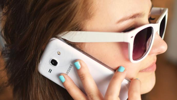 Wallpaper: Girl Talking on Phone