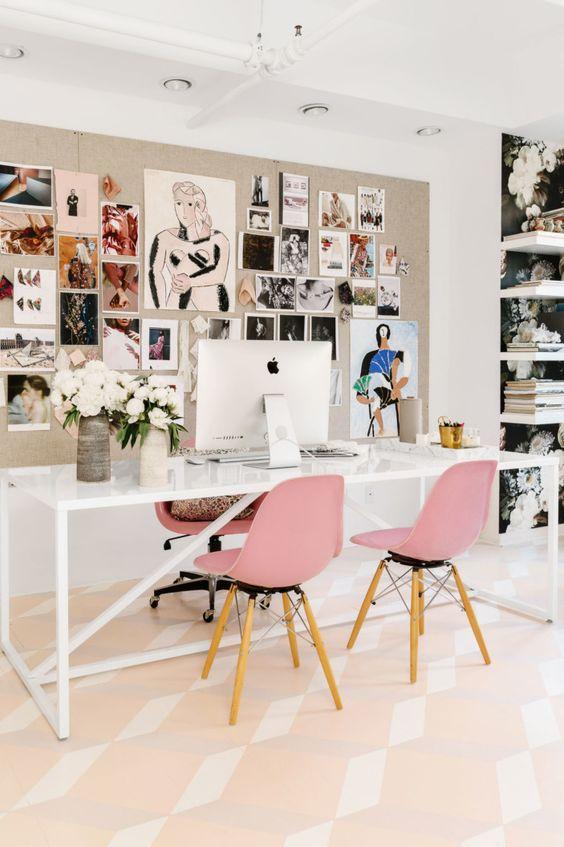 Decoração de escritório feminino: cadeiras rosa e mesa branca. Blog Achados de Decoração
