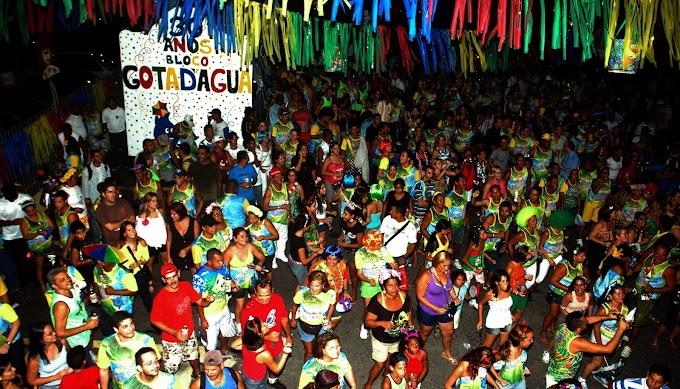 Bloco Gota D'Água anima foliões na sexta-feira de Carnaval