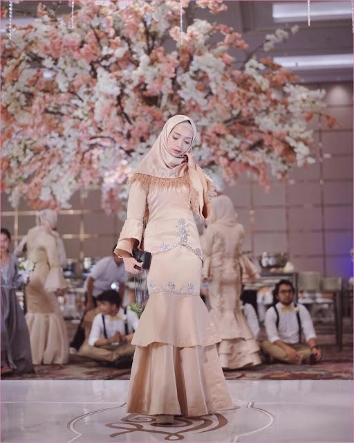 Outfit Baju Bridesmaid Berhijab Ala Selebgram 2018 abaya kebaya kain brokat satin hijab square tassel bulu ciput rajut krem muda wedges high heels wedges clutch hitam ootd outfit kondangan trendy