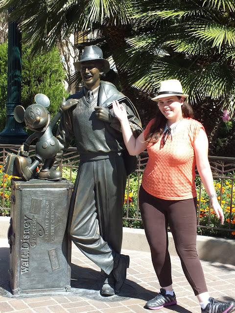 הפסל של וולט דיסני בכניסה אל דיסני קליפורניה