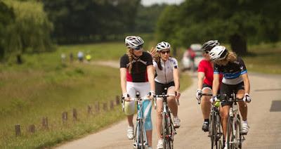 Ciclismo con amigos, deporte y salud