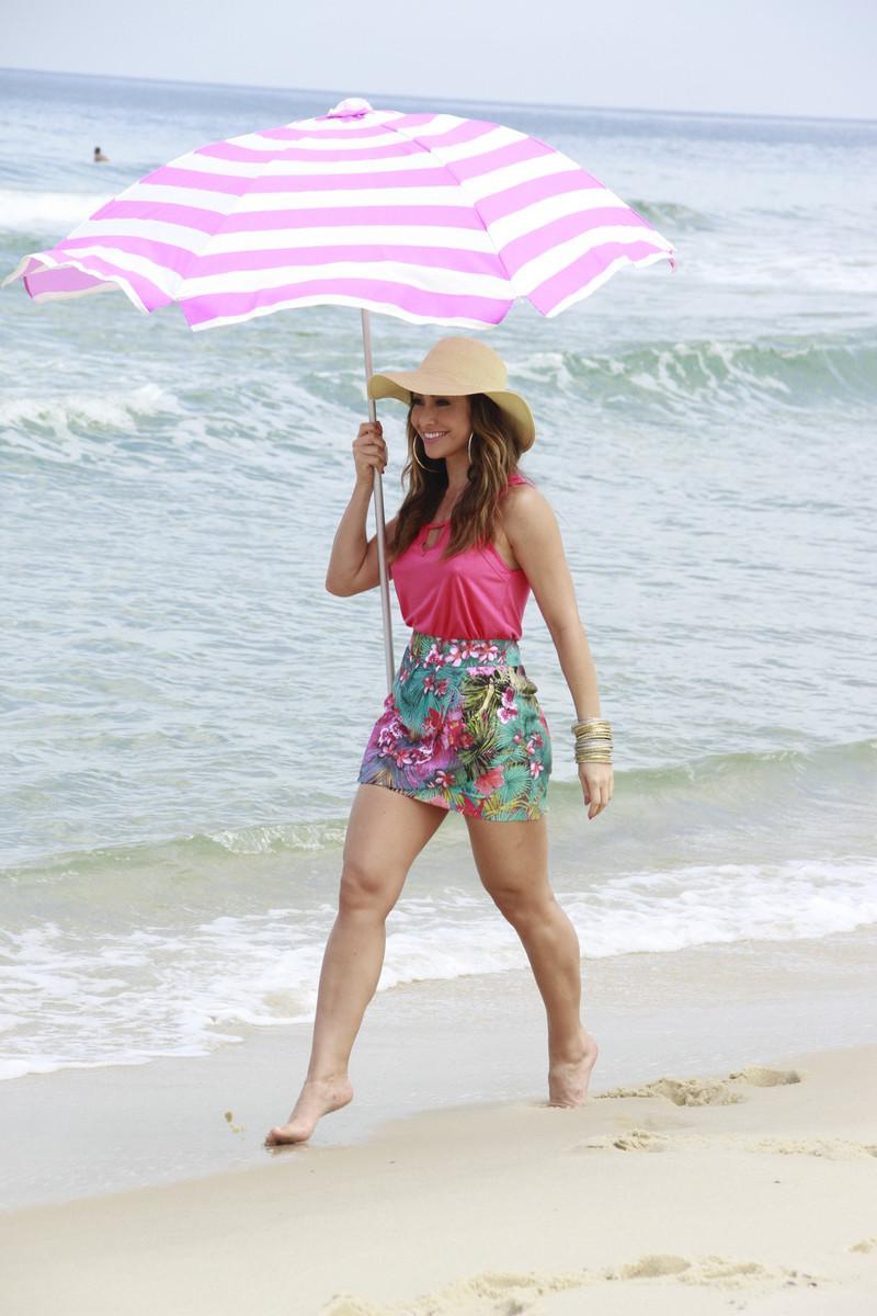 314eafea63f5b Sabrina Sato exibe corpo em forma ao posar de shortinho na praia. Fotos!