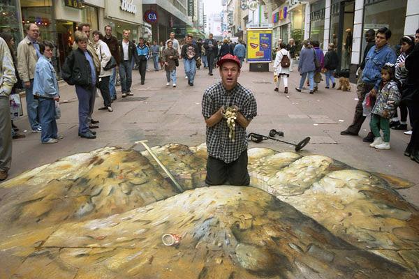 Kaldırımda kazılarak bulunan bir hazineyi gösteren kaldırım sanatı resmi