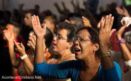 Evangélicos adorando en iglesia de Cuba