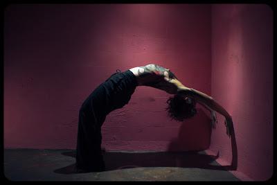 Fotografia aktu artystycznego - tacerka i bodypainting - zdjęcia wykonane w Galerii Szyb Wilson w Katowicach przez Łukasza Cyrus