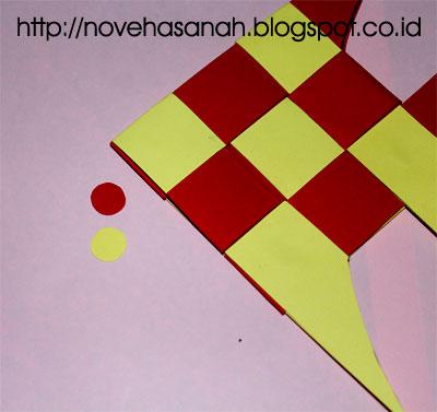 langkah selanjutnya adalah memberikan mata dari guntingan berbentuk bulat dari kertas bekas