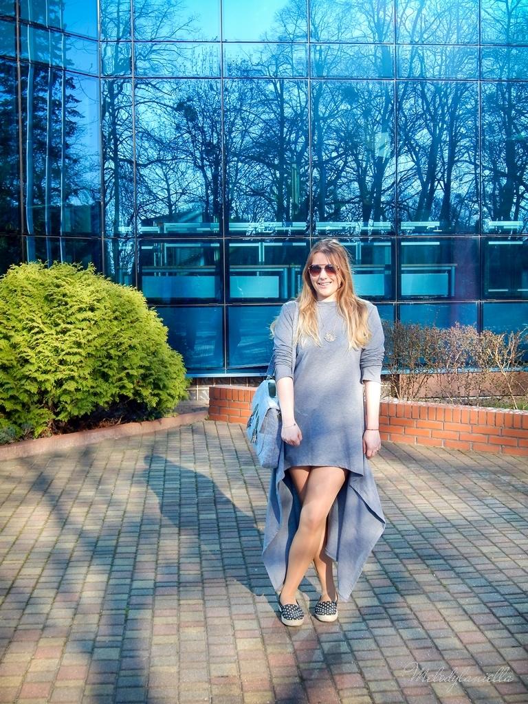 2 sukienka asymetryczna szara z kapturem sammydress maxi dresowa sukienka filcowa duża listonoszka A4 manzana espadryle w groszki renee melodylaniella ootd wiosenna stylizacja