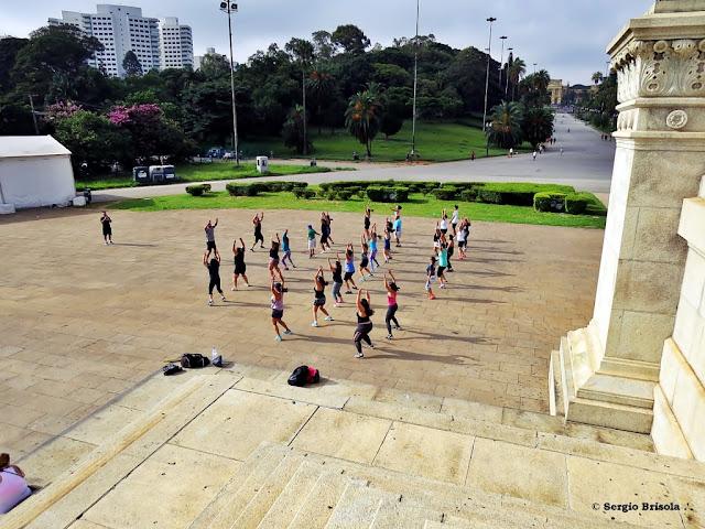 Vista de Grupo de Paulistanos praticando ginástica no Parque da Independência - Ipiranga - São Paulo