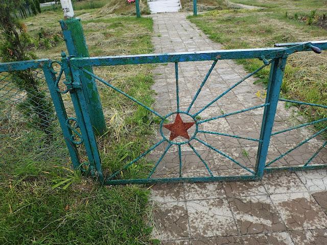 Na bramie do pomnika - jakżeby inaczej - czerwona gwiazda