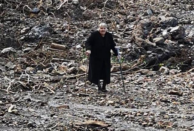 Κρήτη: Εγκαταλείπει το αποκλεισμένο της χωριό με πατερίτσες – Η γιαγιά που συγκίνησε τους διασώστες (photos & video)