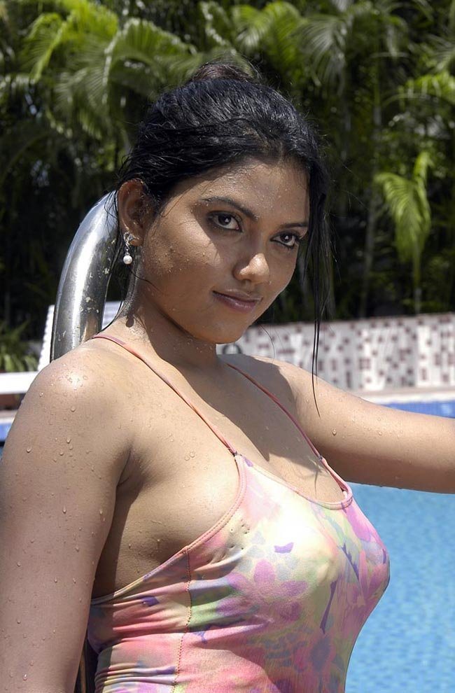Hot Bathing Pictures Of Indian Actresses -8904