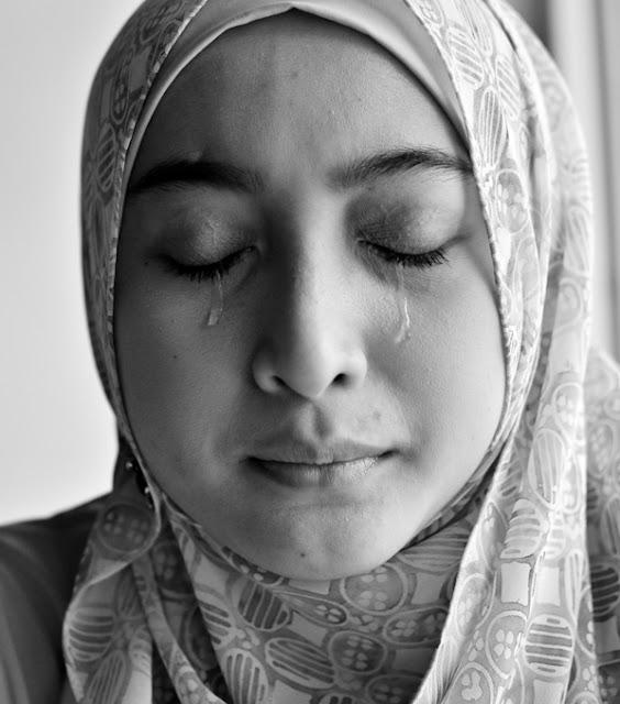 Melukai Hati Istri Bisa Membuat Rezeki Seret, Benarkah??