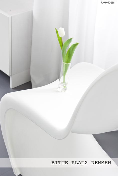 Eine Deko-idee mit weißen Tulpen in Glasvasen.