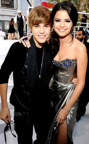 Foto de Justin Bieber abrazando a Selena Gómez