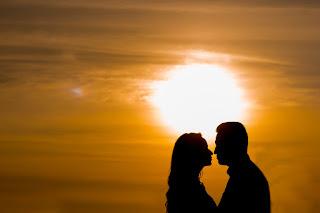 Ein sich liebendes Paar im Sonnenuntergang, das sich nahe ist.