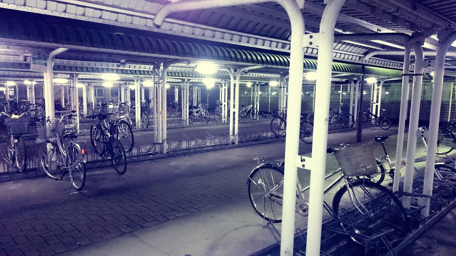 年末の夜の人気のない駐輪場