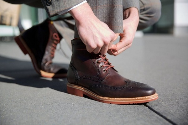 Kết hợp giày tây cao cổ với trang phục công sở hoàn hảo đến không tưởng
