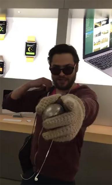 Cliente insatisfecho destruye teléfonos en tienda Apple