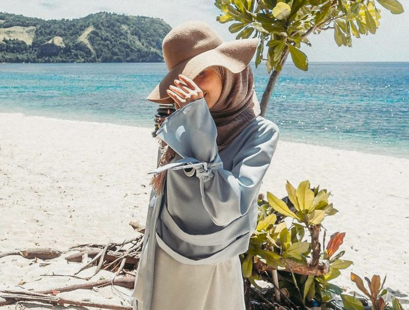 Cewek Model Gaya Foto di Pantai
